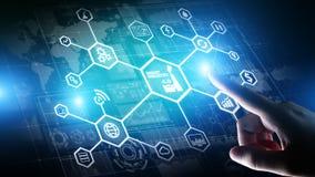Intelligente Industrie 4 0, Fertigungsautomatisierungs-Internet von Sachen Geschäfts- und Technologiekonzept auf virtuellem Schir stockbilder