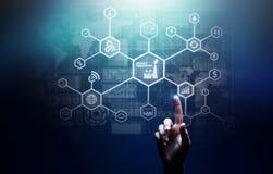 Intelligente Industrie 4 0, Fertigungsautomatisierungs-Internet von Sachen Geschäfts- und Technologiekonzept auf virtuellem Schir stockfoto