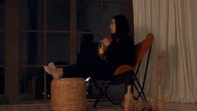 Intelligente jonge vrouw die een eureka-ogenblik hebben stock video