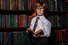 Intelligente jongen in glazen royalty-vrije stock foto's