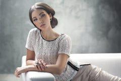 Intelligente junge Dame mit ausgezeichneter klassischer Frisur stockbild