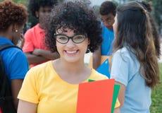 Intelligente kaukasische Studentinnen mit Gläsern und Gruppe des Internierten Lizenzfreies Stockfoto