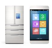 Intelligente Kühlschranküberwachung durch intelligentes Telefonkonzept Stockbilder