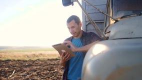 Intelligente Landwirtschaft Mannlandwirtfahrer steht mit einer digitalen Tablette nahe dem LKW Porträtgeschäftsmannlandwirt, der  stock footage