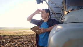 Intelligente Landwirtschaft Mannlandwirtfahrer steht mit einer digitalen Tablette nahe dem LKW Porträtgeschäftsmannlandwirt, der  stock video footage
