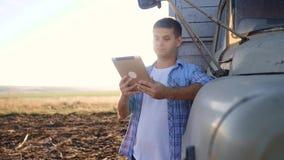 Intelligente Landwirtschaft Mannlandwirtfahrer steht mit einer digitalen Tablette nahe dem LKW Porträtgeschäftsmannlandwirt, der  stock video