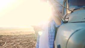 Intelligente Landwirtschaft Mannlandwirtfahrer steht mit einer digitalen Tablette nahe dem LKW Zeitlupelebensstilvideo Portr?t stock footage