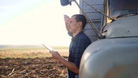 Intelligente Landwirtschaft Mannlandwirtfahrer steht mit einer digitalen Tablette nahe dem LKW Zeitlupevideo Porträtgeschäftsmann stock footage