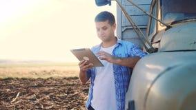 Intelligente Lebensstillandwirtschaft Mannlandwirtfahrer steht mit einer digitalen Tablette nahe dem LKW Zeitlupevideo Portr?t stock footage