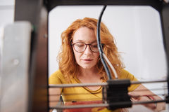 Intelligente slimme vrouw die met 3d technologie werken Stock Foto's