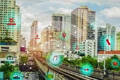 Intelligente Stadt und drahtloses Kommunikationsnetzkonzept IOT Internet der Sache, mit der Bequemlichkeit lizenzfreies stockbild
