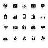 Intelligente Telefonikonen mit denken über weißen Hintergrund nach Stockfoto