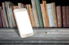Intelligente Telefontabelle in der Bibliothek lizenzfreies stockfoto