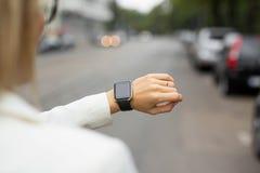 Intelligente Uhr auf dem Handgelenk der Frau Lizenzfreie Stockbilder