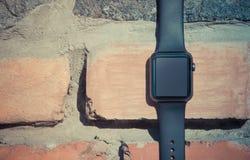 Intelligente Uhr auf Steinhintergrund Modell-Schablone Lizenzfreies Stockfoto