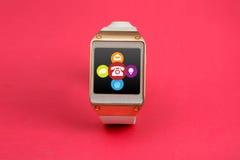 Intelligente Uhr Digital mit Kontakt bedeutet Ikonen-rosa Fahne Stockbild