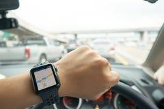 Intelligente Uhr-Navigation auf der Straße im Zustand von Stau I stockfoto