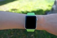 Intelligente Uhr - smartwatch - mit leerem Bildschirm auf Handgelenk Lizenzfreie Stockfotos