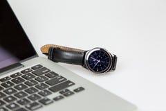 Intelligente Uhr und Laptop Stockfotografie
