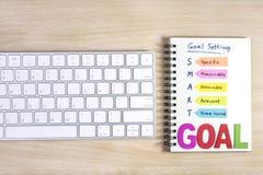 Intelligente Ziele einstellend geschrieben auf das Notizbuch Stockfotografie