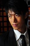Intelligenter asiatischer Mann im Tempel Lizenzfreies Stockbild