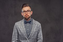Intelligenter attraktiver Mann im karierten Blazer, in den Gl?sern und im Hemd mit Bogen lizenzfreie stockfotografie