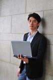 Intelligenter beiläufiger asiatischer Mann Lizenzfreie Stockfotografie