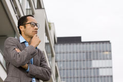 Intelligenter beiläufiger Mann, der außerhalb des Bürohauses denkt Stockfotos
