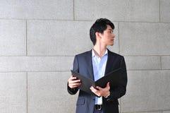 Intelligenter beiläufiger schauender asiatischer Mann Lizenzfreie Stockbilder