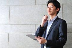 Intelligenter beiläufiger schauender asiatischer Mann Stockbild