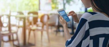 Intelligenter Einzelhandel in vermarktenden Konzepten futuristischer iot Technologie, Kundengebrauchsmobile zur Zahlung das Produ lizenzfreie stockfotos