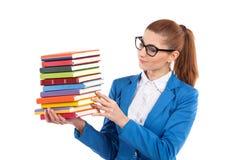 Intelligenter Frauenholdingstapel Bücher lizenzfreies stockbild