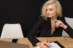 Intelligenter Geschäftsführer schöner Blondine Geschäftsdame stockfotografie