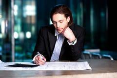 Intelligenter Geschäftsmann, der seine Pläne projektiert Stockbilder