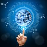 Intelligenter Handpunkt zum digitalen Welthintergrund Stockfoto