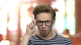 Intelligenter Junge in den Brillen, die eine Idee haben stock video footage