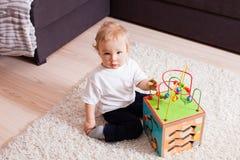 Intelligenter Junge möchte mit sehr interessantem Spielzeug spielen stockbild