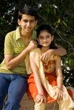 Intelligenter Junge und kleine Schwester Stockfoto