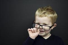 Intelligenter junger Junge stand infront einer Tafel Stockbild