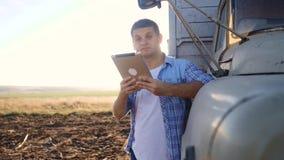 Intelligenter Landwirtschaftslebensstil Mannlandwirtfahrer steht mit einer digitalen Tablette nahe dem LKW Zeitlupevideo Porträt stock video