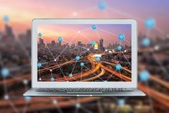 Intelligenter Laptop mit intelligenter Stadt- und wifiverbindung verbinden Lizenzfreie Stockbilder