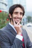 Intelligenter lateinischer Geschäftsmann mit Bart vor seinem Büro Lizenzfreie Stockbilder