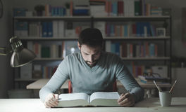 Intelligenter Mann, der nachts studiert lizenzfreies stockbild