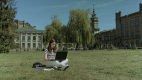 Intelligenter Student, der zur Prüfung auf Rasen sich vorbereitet stock video