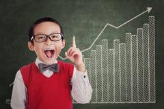 Intelligenter Student mit Geschäftsdiagramm Lizenzfreie Stockfotos