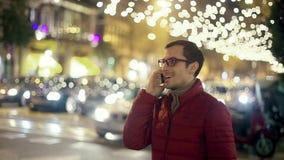 Intelligenter Telefon-Mann, der um Handy in der Stadt ersucht stock footage