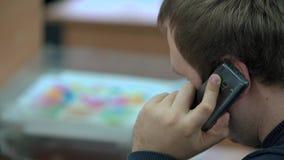 Intelligenter Telefon-Mann, der um Handy im Büro ersucht stock video