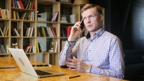 Intelligenter Telefonmann, der um Handy ersucht stock video footage