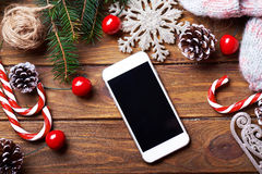 Intelligenter Telefonspott oben mit rustikalen Weihnachtsdekorationen Stockbild