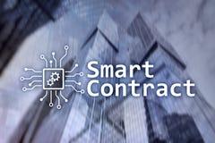 Intelligenter Vertrag, blockchain Technologie im Geschäft, finanzieren High-Teches Konzept Wolkenkratzerhintergrund Stockfoto
